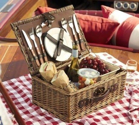 ピクニックバスケットに入れられた食器と食材