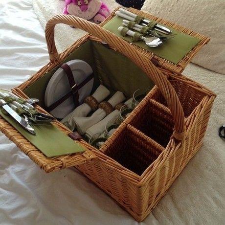 ピクニックバスケットに入った食器