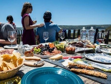 海辺で食事を楽しむ人