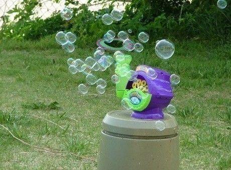 Gazillion Bubble Machine スーパーバブルマシーンでシャボン玉を飛ばす様子