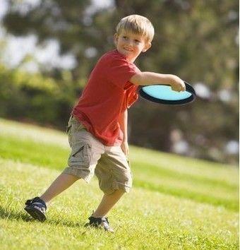 ドッジビーを投げる男の子