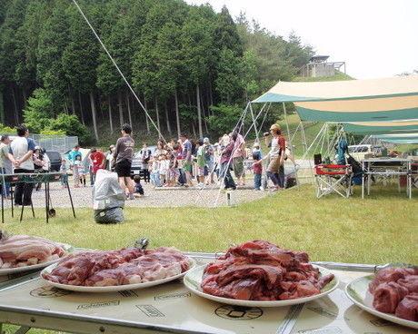 成田ゆめ牧場ファミリーオートキャンプ場のバーベキュー場で大胆に盛り付けられたお肉