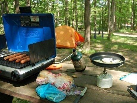 キャンプ場でシングルバーナーを使用し、朝食を作る様子