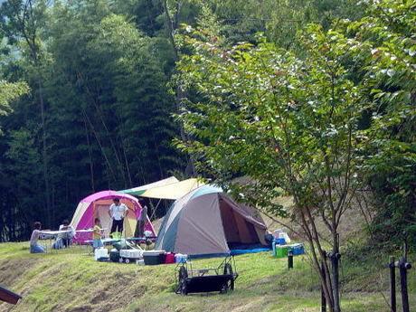 アクトパル宇治でキャンプをする人々