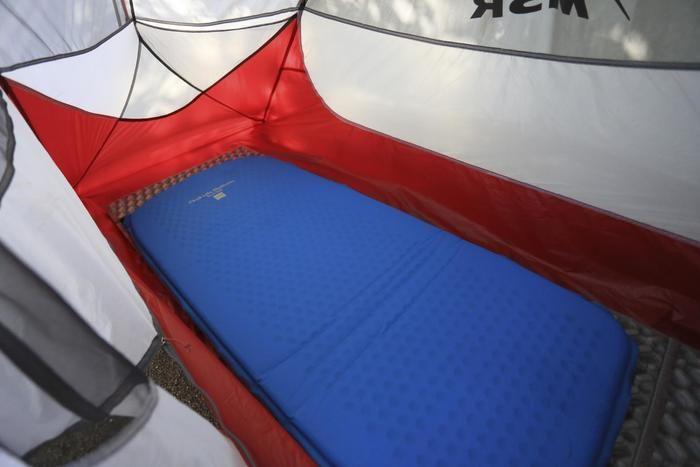 テント内に敷かれたマット