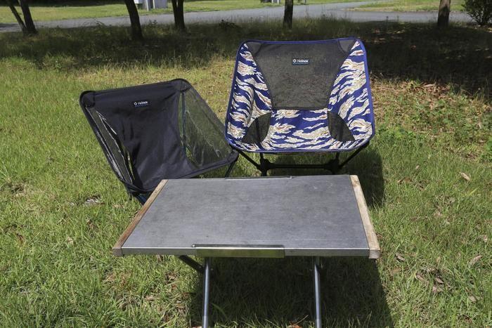 屋外のキャンプテーブルとチェア