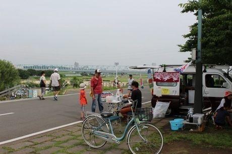 江戸川河川敷に置かれた自転車