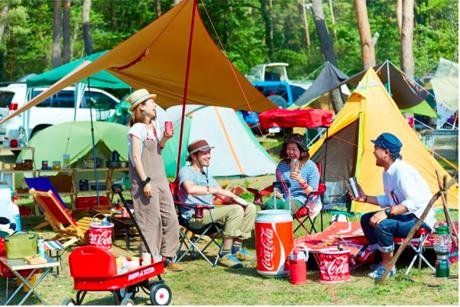 キャンプ場で談笑するグループ