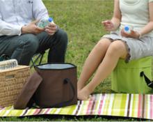 クーラーボックスの上に座る女性