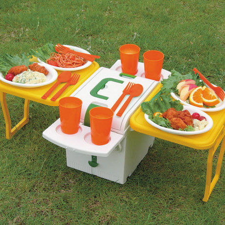 テーブルとして使用されているクーラーボックス