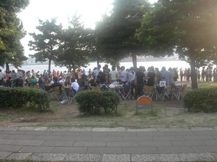潮風公園のBBQスポットに集まる人