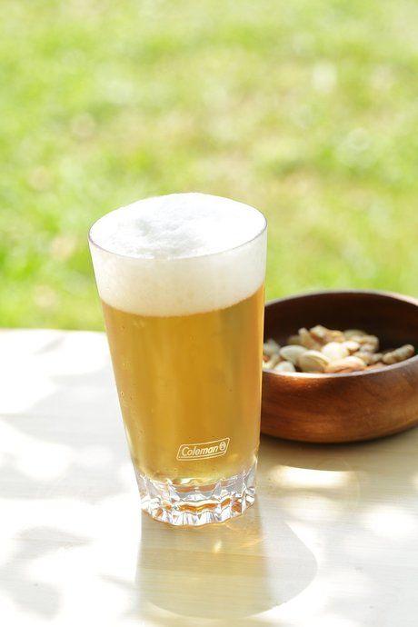 ビールが注がれたコールマンのアウトドアタンブラー