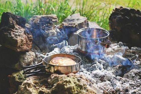 焚き火の中に置かれたダッチオーブン