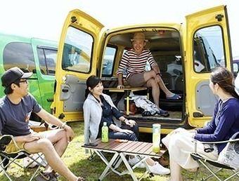 ルノーでキャンプを楽しむグループ