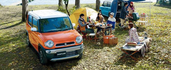 スズキのハスラーとキャンプを楽しむファミリー