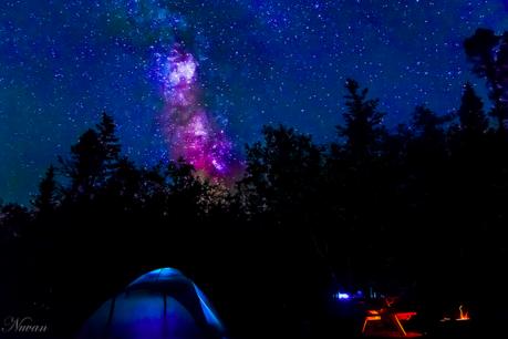 星空とライトアップされたテント