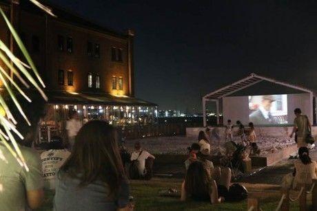 逗子海岸映画祭に集まる人々
