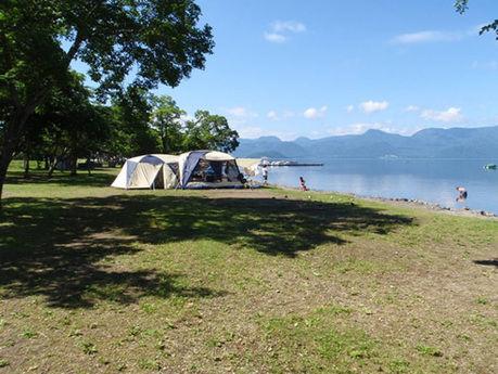 砂湯キャンプ場と湖畔