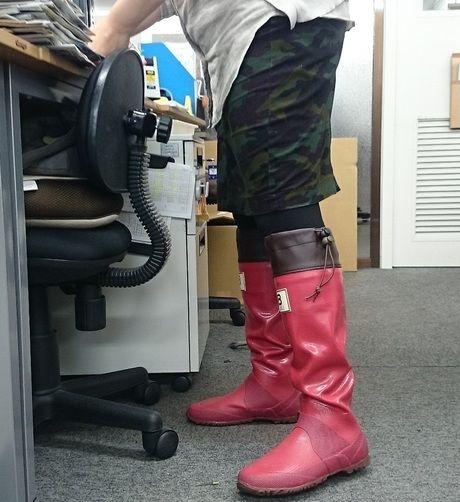 日本野鳥の会の長靴を履く女性