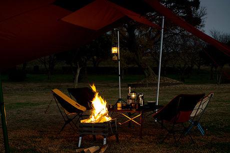 キャンプで焚き火をする様子