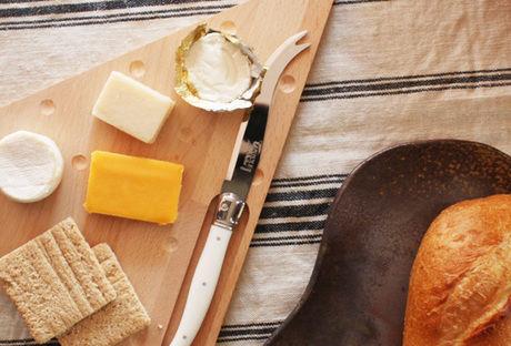 おしゃれなカッティングボードにのせられたチーズとクラッカー