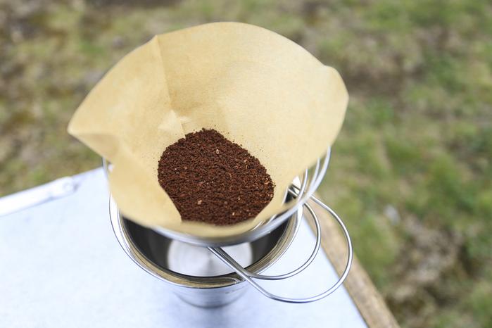フィルターにセットされたコーヒーの粉