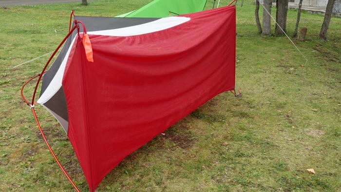 ひっくり返されたテント