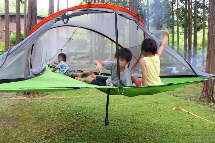 テントサイルの中でくつろぐ子供達