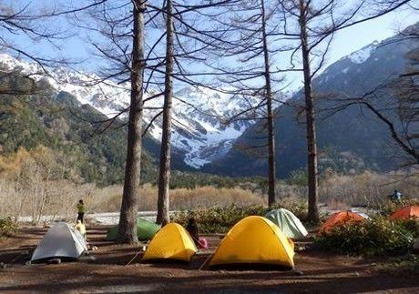 穂高岳を目の前にした小梨平キャンプ場にならぶテント