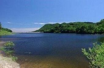 牛野ダムキャンプ場から見える大自然の間に広がるきれいな湖畔