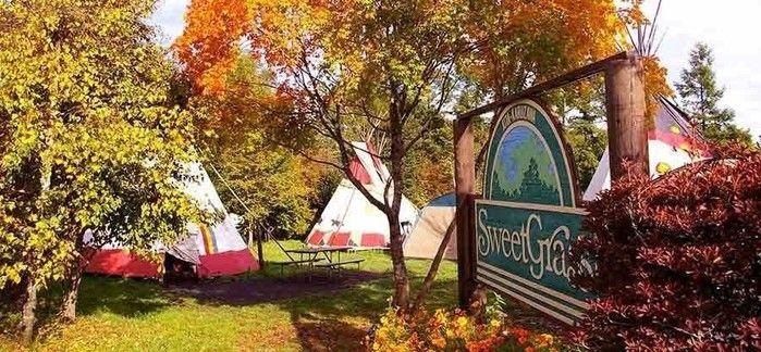 北米インディアンの移動式住居「ティピ」が並ぶ北軽井沢スウィートグラスの入り口