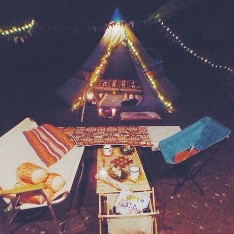 おしゃれな夜のキャンプサイト