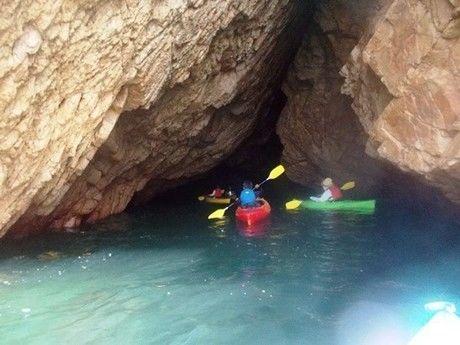 シーカヤックで入る狭い洞窟