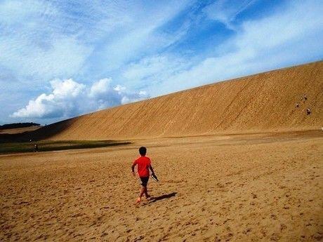 鳥取砂丘を歩く子供