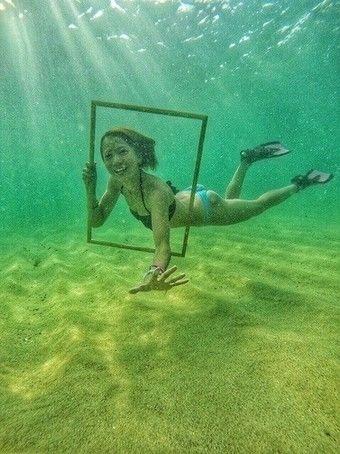 水中でフレームを持って写真撮影する人