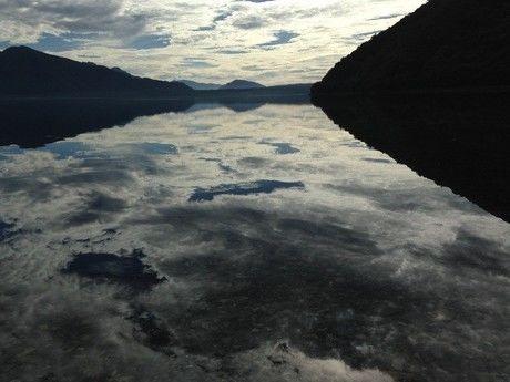 湖に映る空
