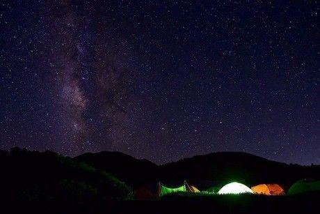 星空の下に光るテント