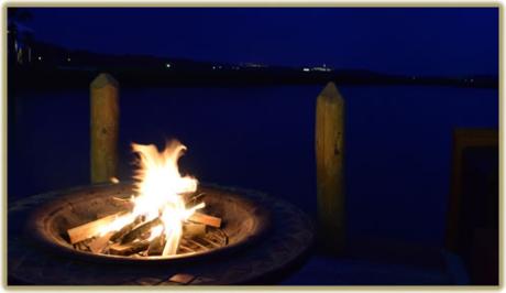 夜の海と焚き火