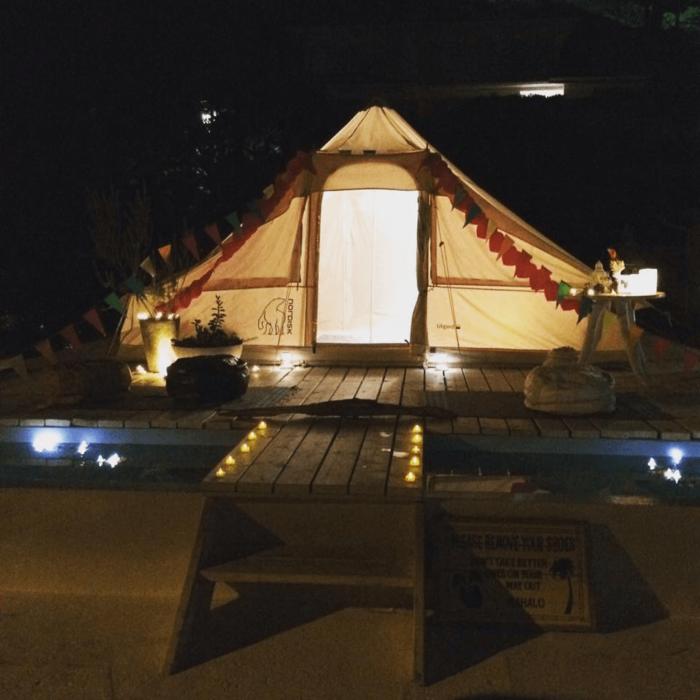 ライトアップされた葉山のグランピングテント