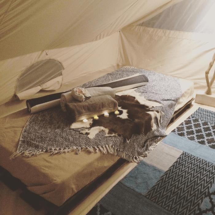 葉山のグランピングテントのベッド