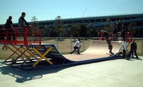 舞浜運動公園スケートボード場で楽しむ人々