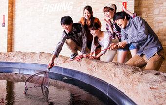 ラウンドワンスタジアム板橋店で釣りをするグループ
