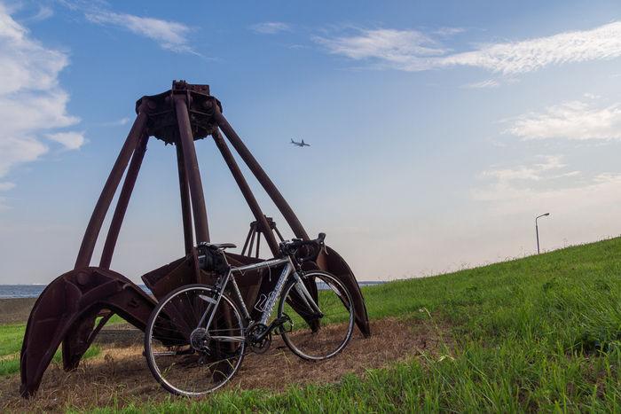 若洲海浜公園内のオブジェの横に停められた自転車