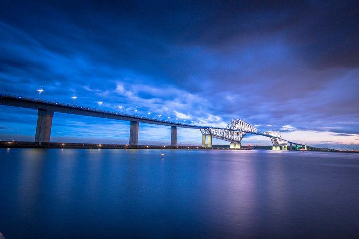 夜空の下ライトアップされた東京ゲートブリッジ