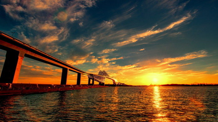夕日に染まる東京ゲートブリッジと海