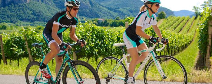 ビアンキの自転車に乗ってサイクリングを楽しむ人々