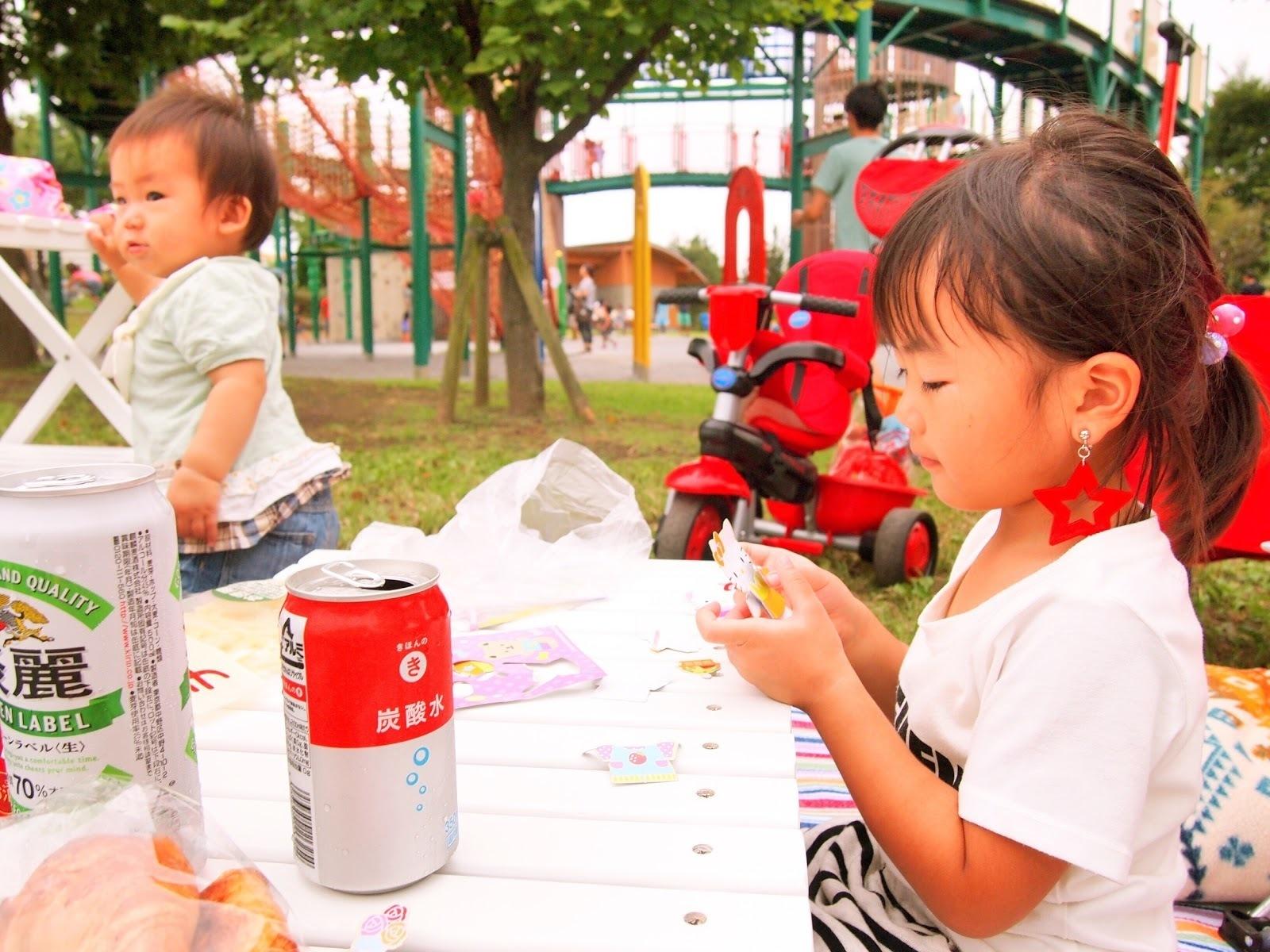 ピクニックでおやつを食べる子供