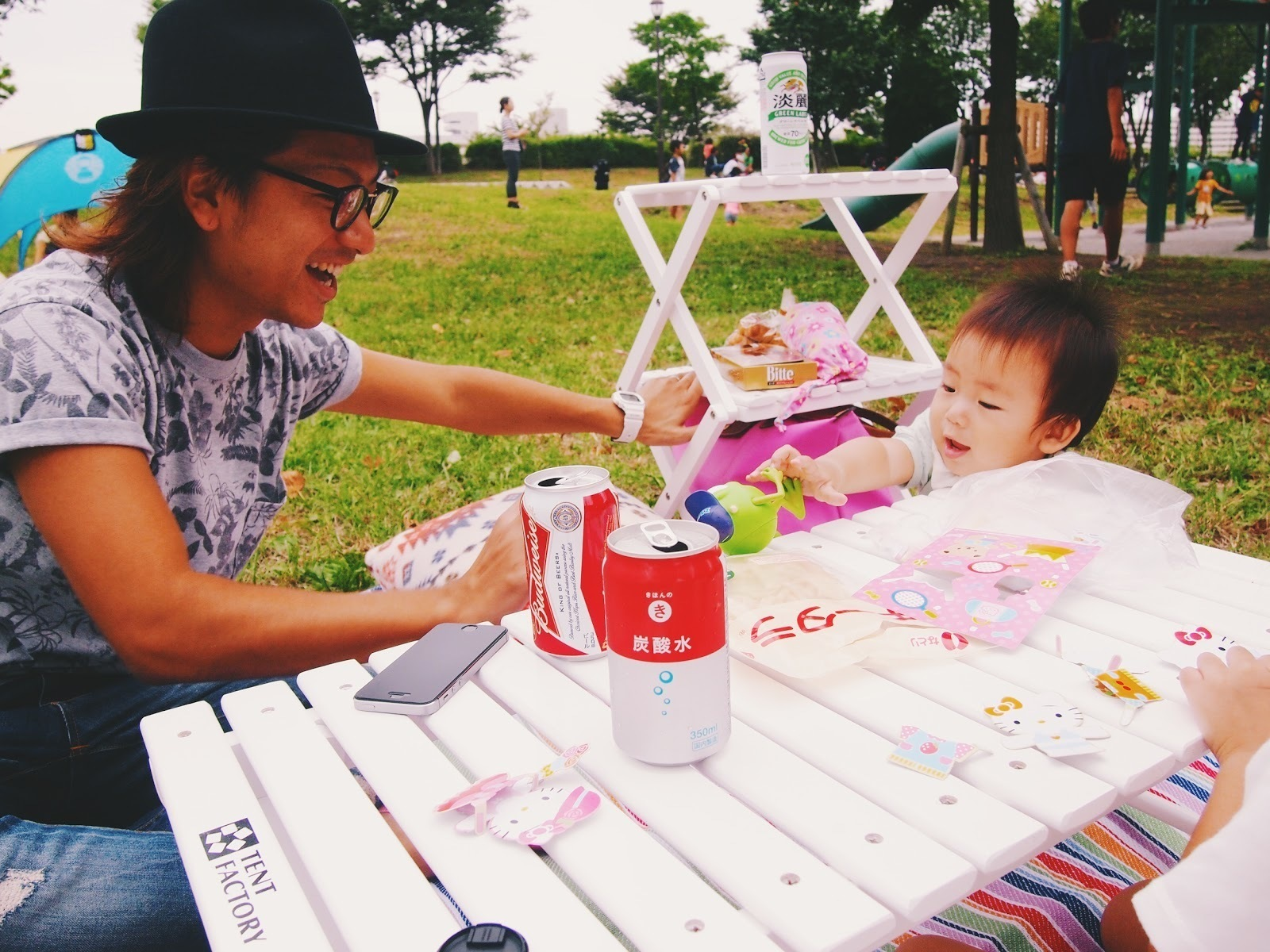 お父さんと小さな子供がピクニックをする様子