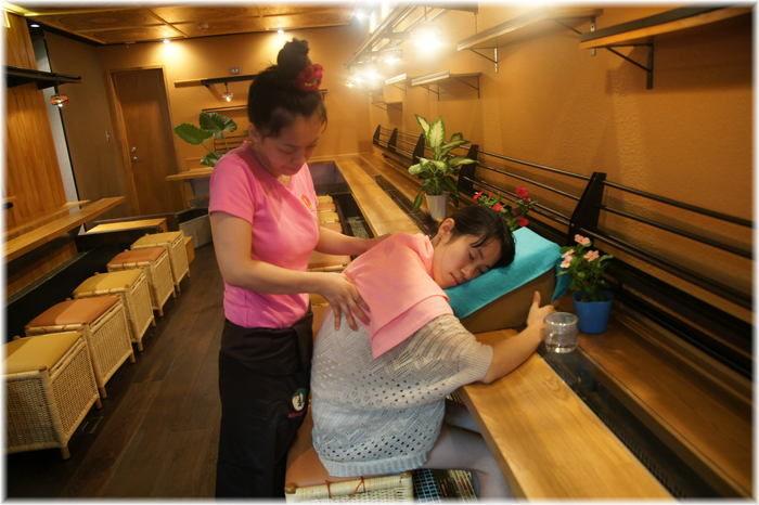 もみの気ハウス上野店でマッサージを受ける女性