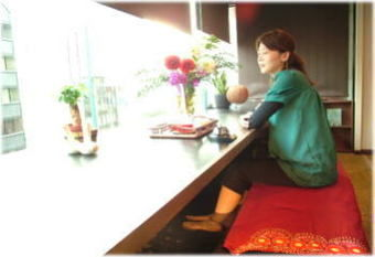 もみの気ハウス渋谷道玄坂店で足湯につかる女性